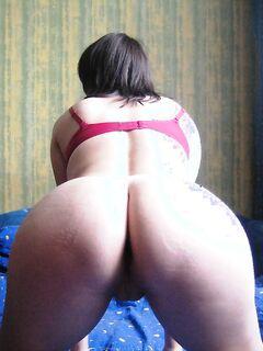 Девушка крутит своей сракой и хочет трахаться - секс порно фото
