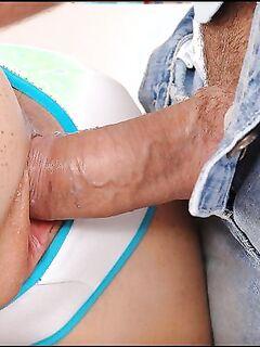 Шикарный секс двух ребят с парой подружек в гостиной комнате - секс порно фото