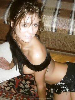 Игривая куколка в возбуждающем белье перед камерой - секс порно фото