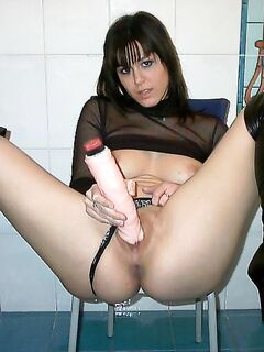Непредсказуемая брюнетка удовлетворяет свою киску по-разному - секс порно фото