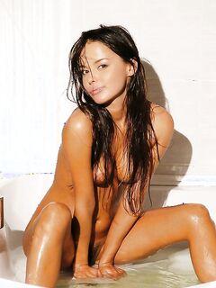 Сладенькая брюнетка моется в ванне одна - секс порно фото