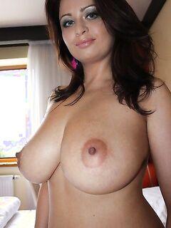 Обаятельная брюнетка с огромными титьками - секс порно фото