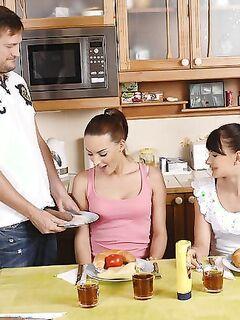Девушки целуются и делают  парню на кухне - секс порно фото