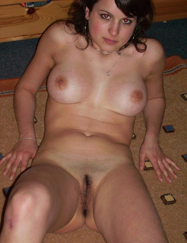 Искушенная девушка позирует в комнате и дрочит клитор - секс порно фото