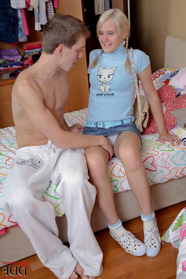 Дерзкий парнишка трахает в писю и попу подружку на кровати - секс порно фото