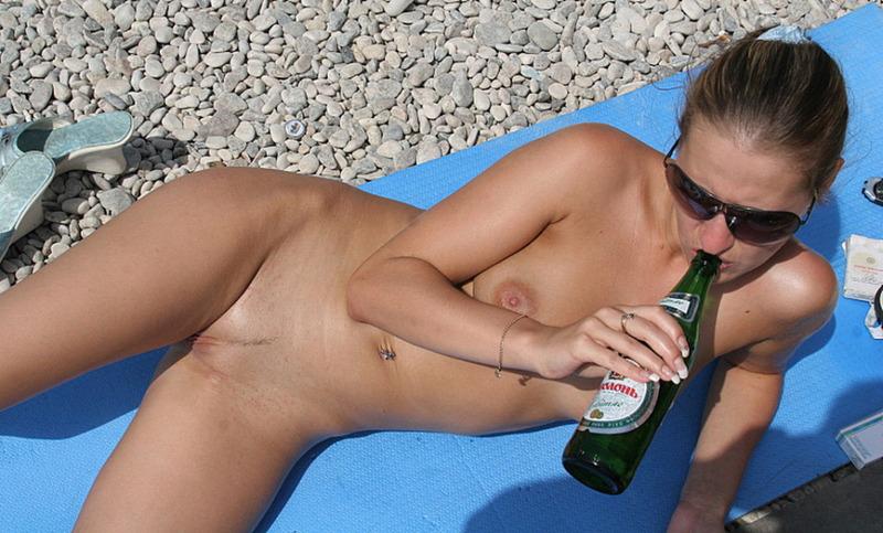 Две обнаженные девушки пьют пиво на нудистском пляже - секс порно фото