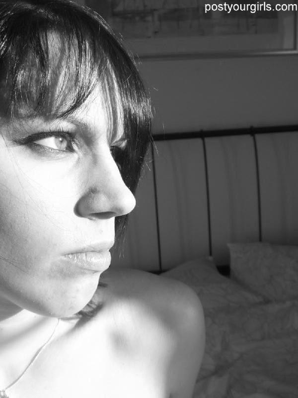 Черно-белые селфи сексуальной брюнетки - секс порно фото