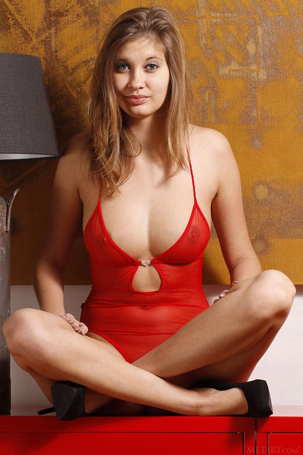 Ненасытная девушка раздевается сидя перед камерой - секс порно фото