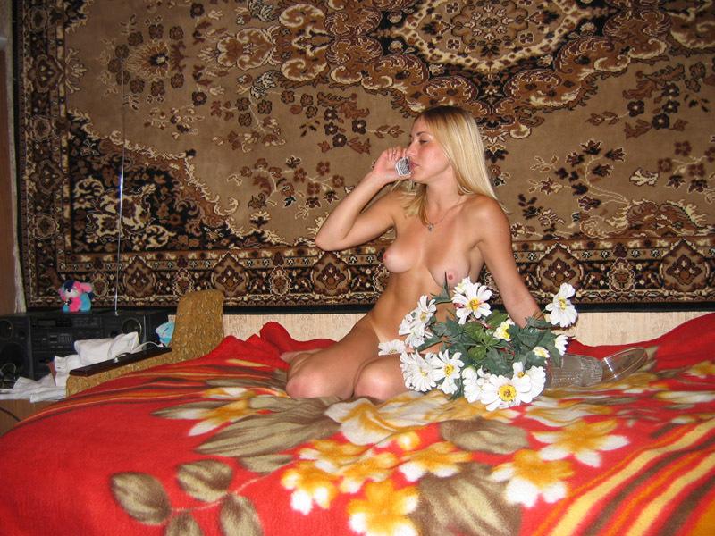 Ласковая блондинка валяется на фоне ковра - секс порно фото