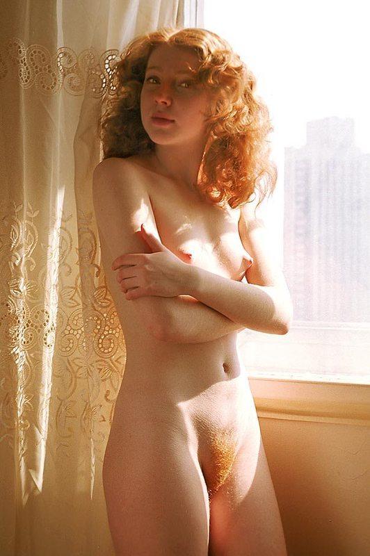 Рыжая телка валяется на постели в одиночестве - секс порно фото