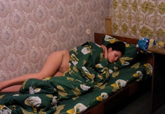Пьяная сучка позирует перед камерой в чулочках - секс порно фото