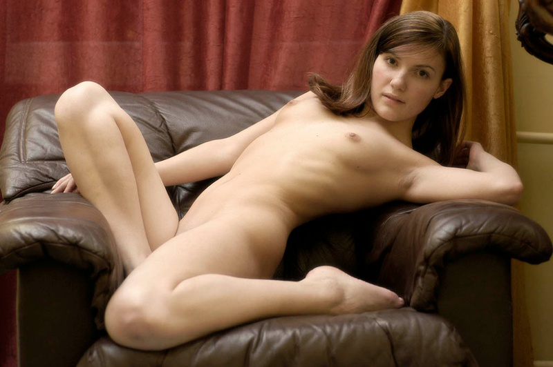 Молодая нежная девушка красиво позирует на камеру в кресле - секс порно фото