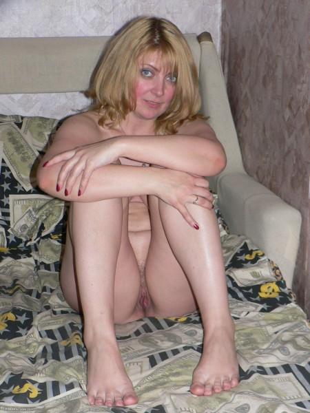 Женщина делает снимки для анкеты на сайте знакомств - секс порно фото