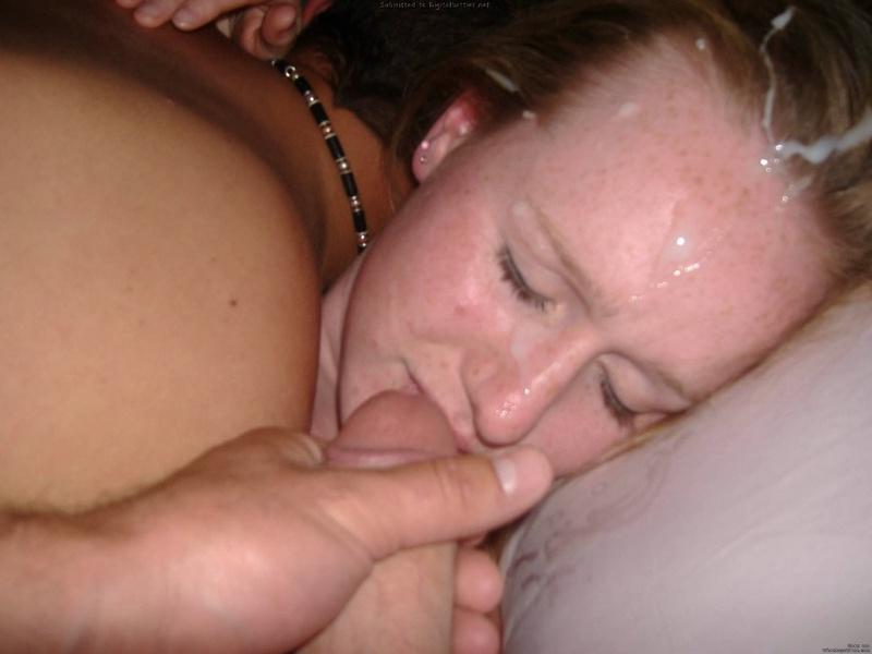 Парни обкончали милое лицо блондинки - секс порно фото