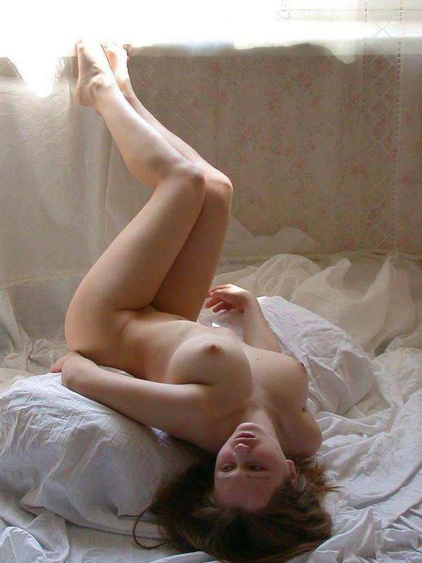 Сиськастая милашка валяется на постели и расслабляется - секс порно фото