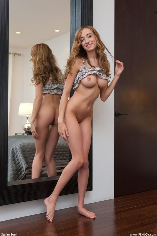 Худая очаровашка разделась перед зеркалом - секс порно фото