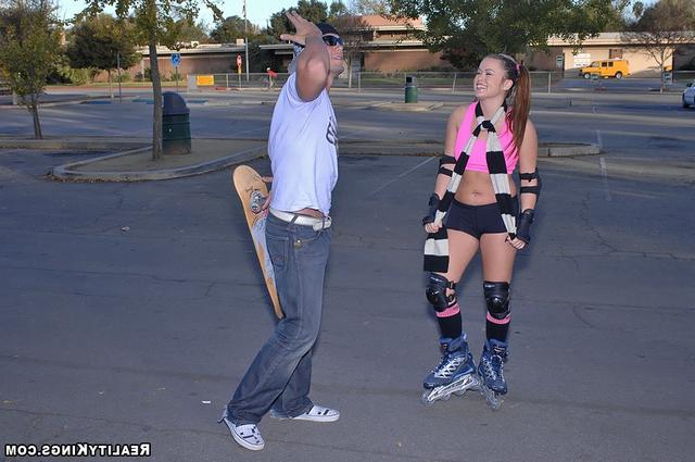 Грудастая красавица Кэйси катается на члене скейтера - секс порно фото
