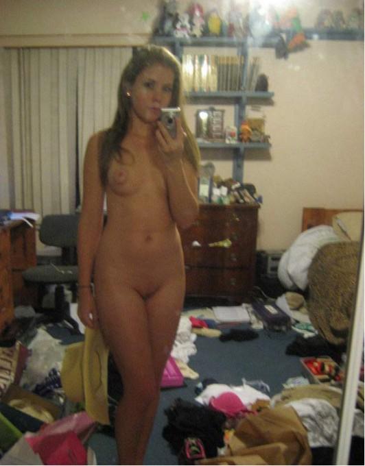 Селфи у зеркала симпатичных девушек - секс порно фото