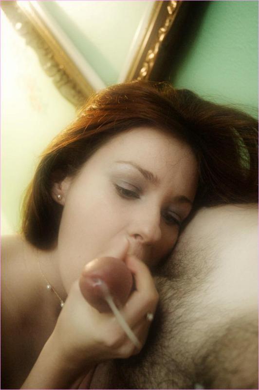 Рыжая девушка лижет и сосет залупу любовника - секс порно фото