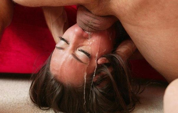 Большие фаллосы лезут глубоко в горло к девушкам - секс порно фото
