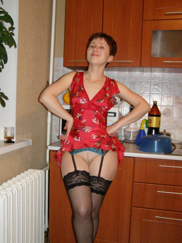 Женщина с короткой стрижкой любит по-мастурбировать киску и потрахаться - секс порно фото