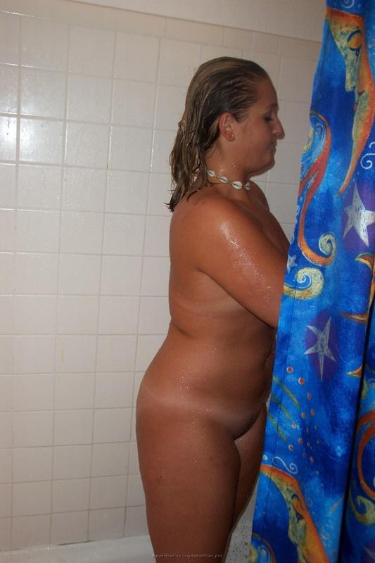 Улыбчивая подруга принимает душ в хорошем настроении - секс порно фото