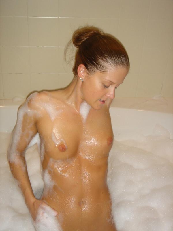 Обаятельная девушка валяется на большой кровати и моется в ванне - секс порно фото