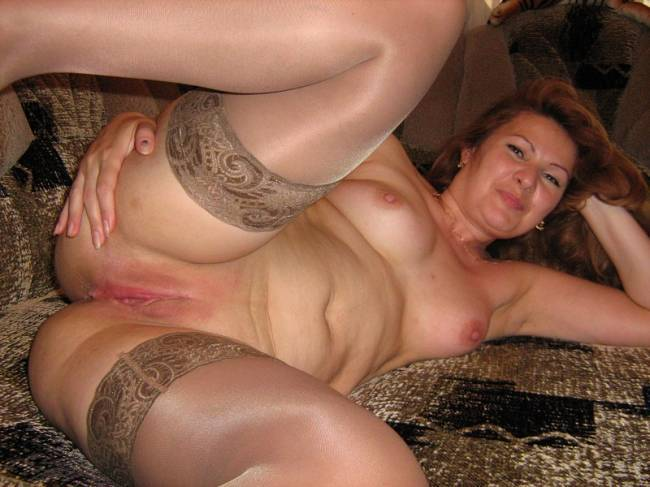 Искушенная баба раздвигает свои рогатки - секс порно фото
