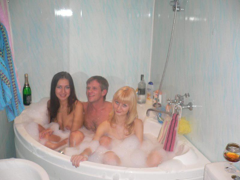 Девушки купаются в ванне и удовлетворяют свои дырки по-всякому - секс порно фото