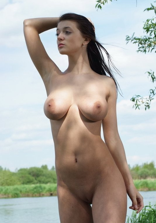 Роскошная брюнетка с большими титьками на берегу реки - секс порно фото