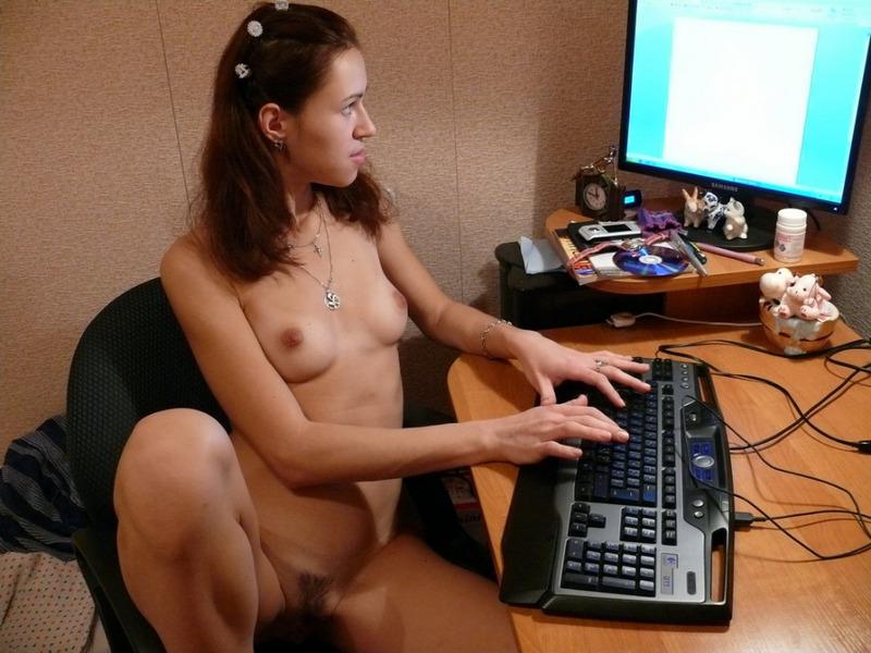 Скромная брюнетка позирует голышом в подъезде и дома - секс порно фото