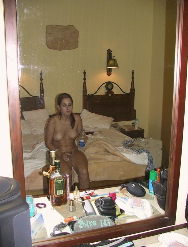 Голая дурочка не знает, чем себя занять - секс порно фото