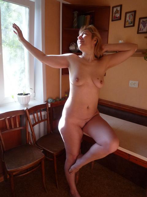 Перевозбужденная голая женщина возле речки - секс порно фото