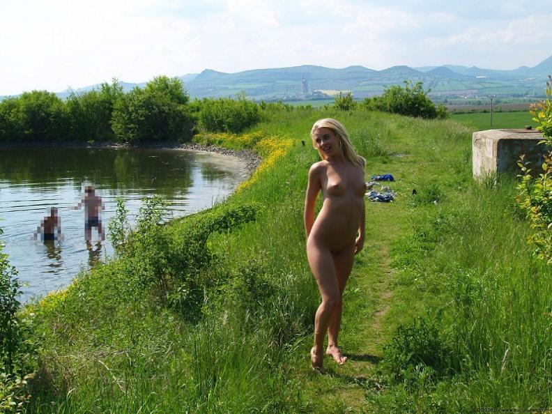 Эротика на речке от расшалившейся сексуальной блондинки летом - секс порно фото