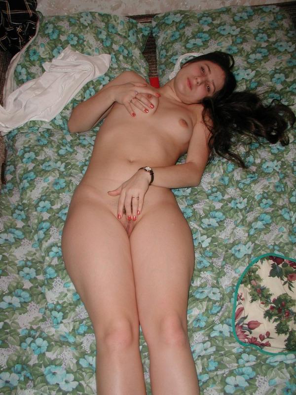 Девушка охотно раздевается на кровати - секс порно фото