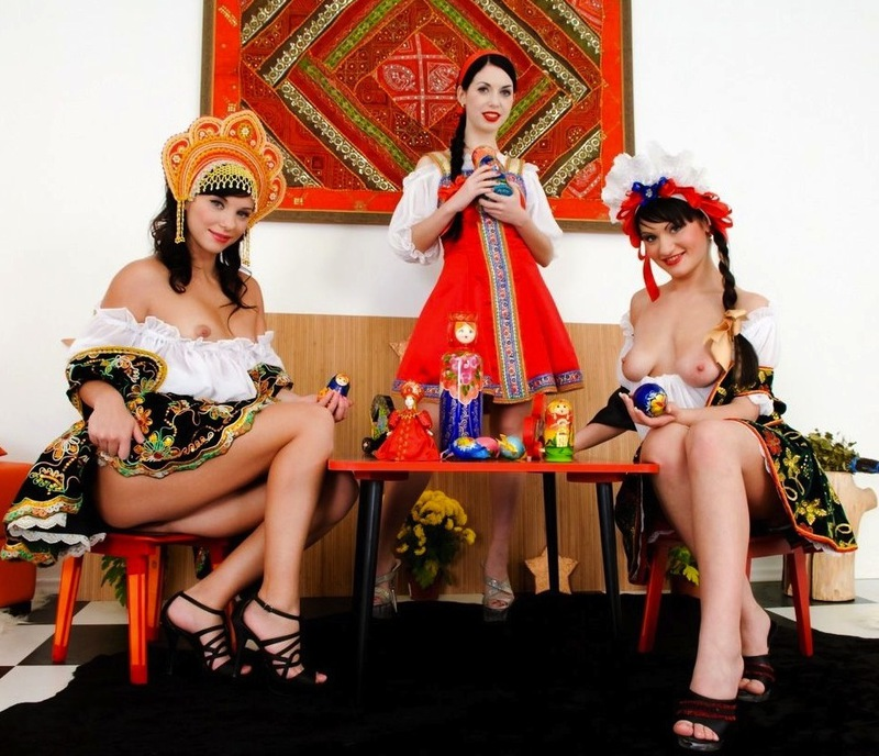 Три прикольные девушки трахают себя в анусы в народной одежде - секс порно фото