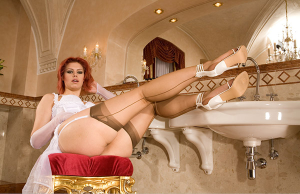 Рыженькая красотка собирается принять ванну - секс порно фото