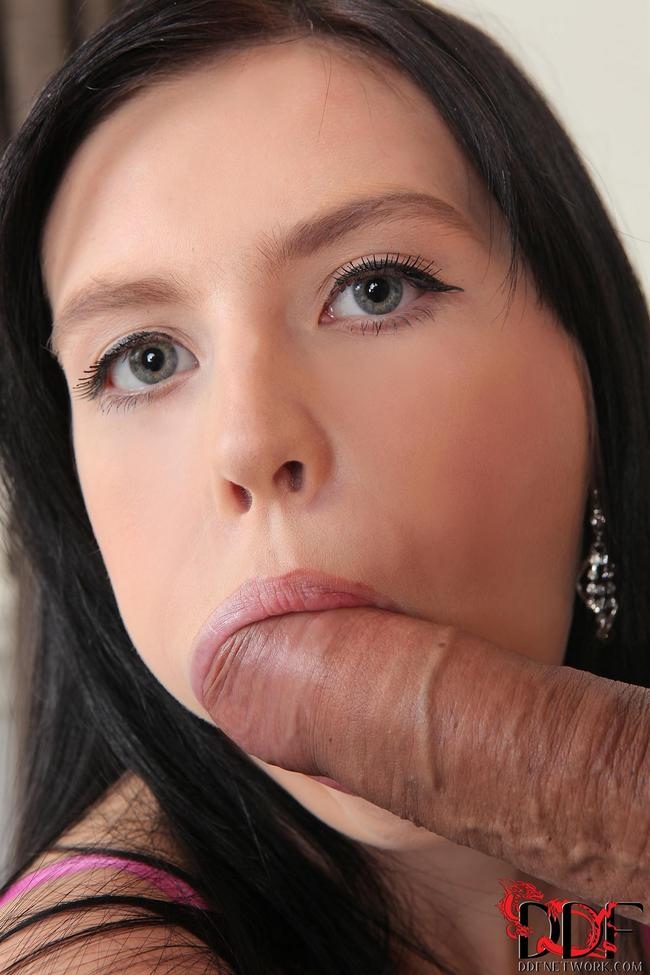 Девица охотно сосет большой член полового партнера - секс порно фото