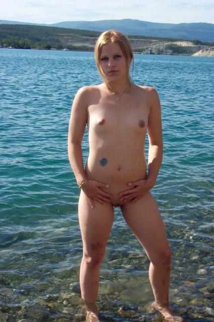 Деревенская девушка позирует на речке перед камерой - секс порно фото