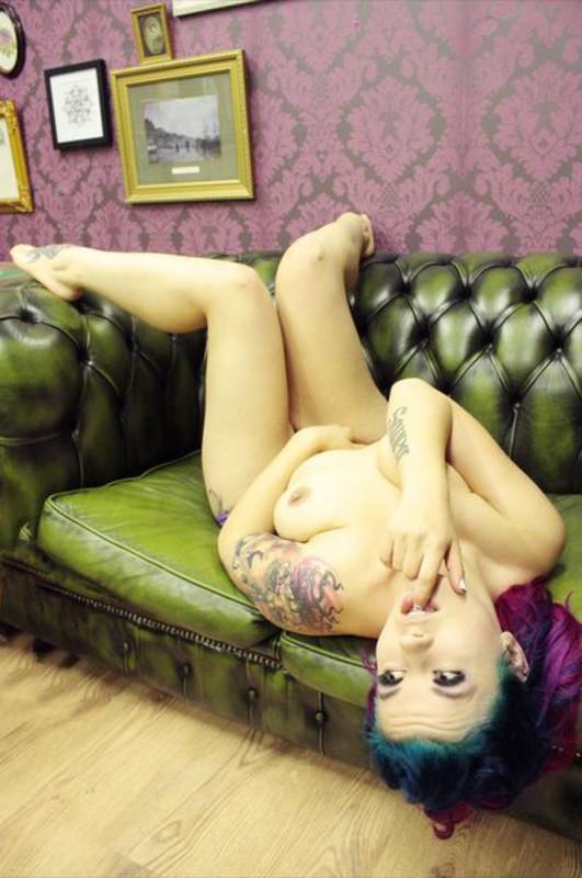 Эротика от татуированной крашенной мамаши в гостиной - секс порно фото