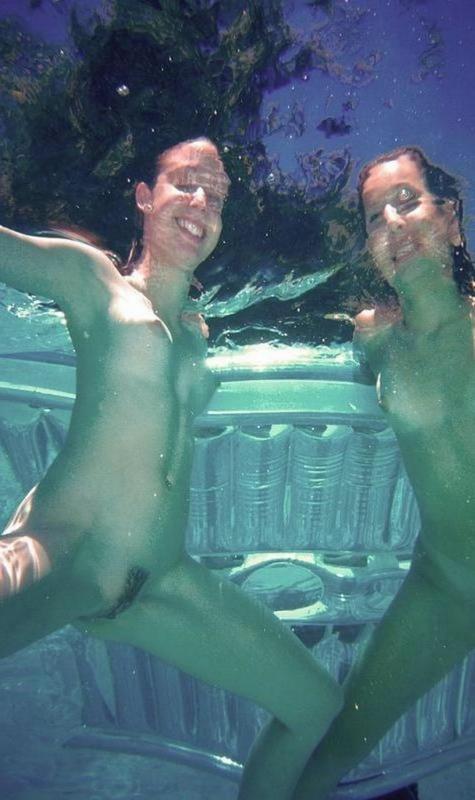 Секс двух голых худеньких девушек под водой в бассейне - секс порно фото
