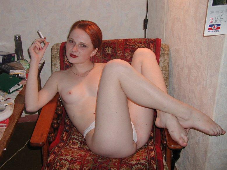 Рыжая сучка хороша и без нижнего белья - секс порно фото